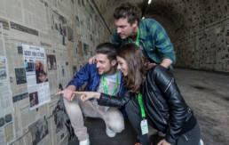 Un groupe de 3 adultes joue à un jeu de piste à Paris
