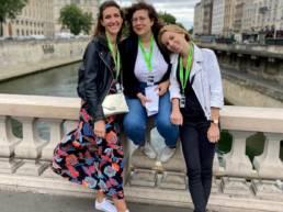 Trois jeunes femmes qui joue à un jeu de piste à Paris