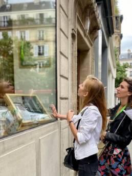 Jeune femme qui touche la vitrine d'une boutique